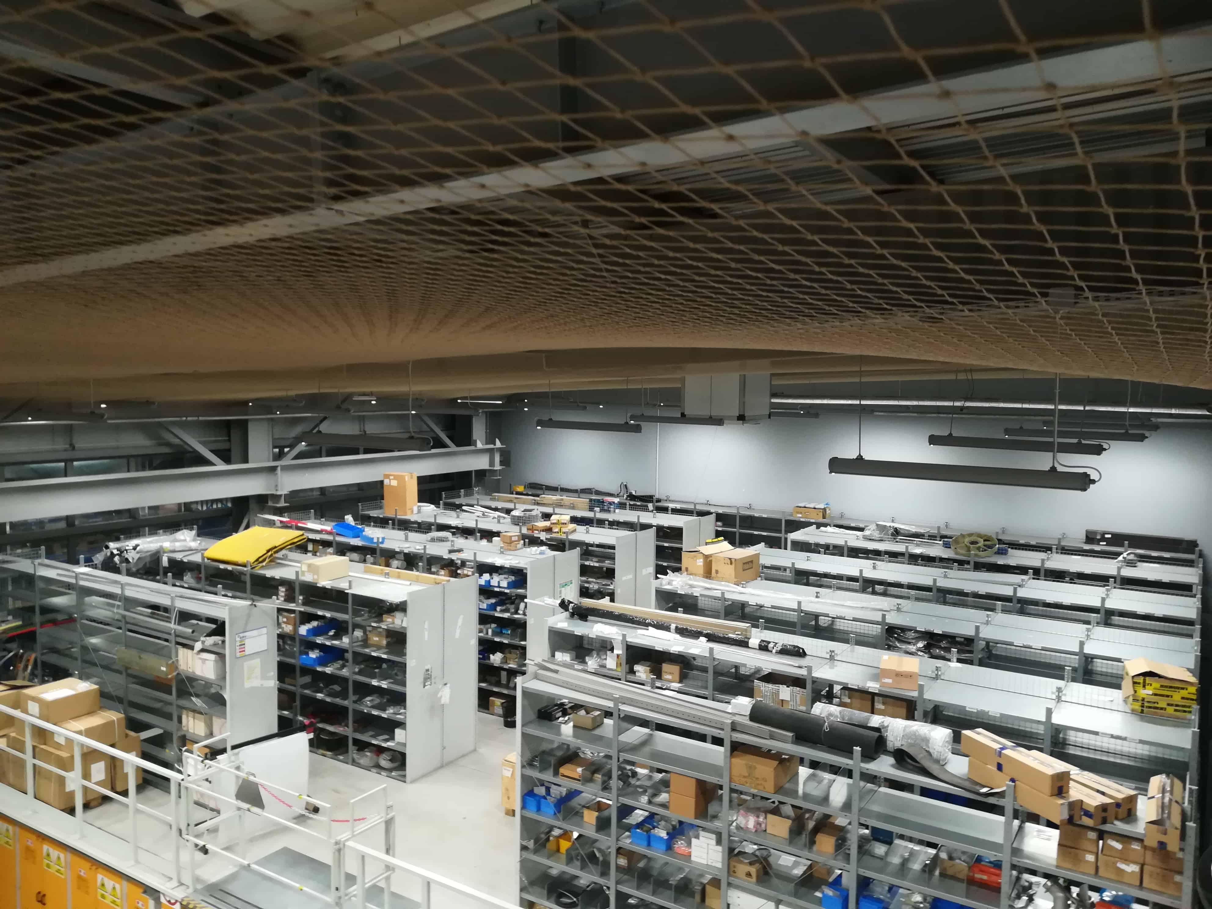 Zabezpieczenie zadaszenia magazynu za pomocą siatki polietylenowej - Terminal DCT Gdańsk