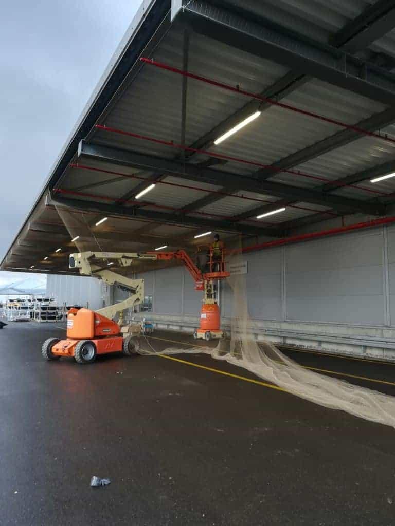 Zabezpieczenie wiaty przed ptakami za pomocą siatki - Volkswagen Września