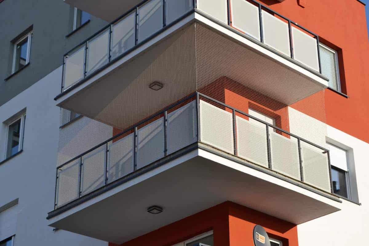 Odstraszanie ptaków z balkonu / zabezpieczenie siatką ochronną
