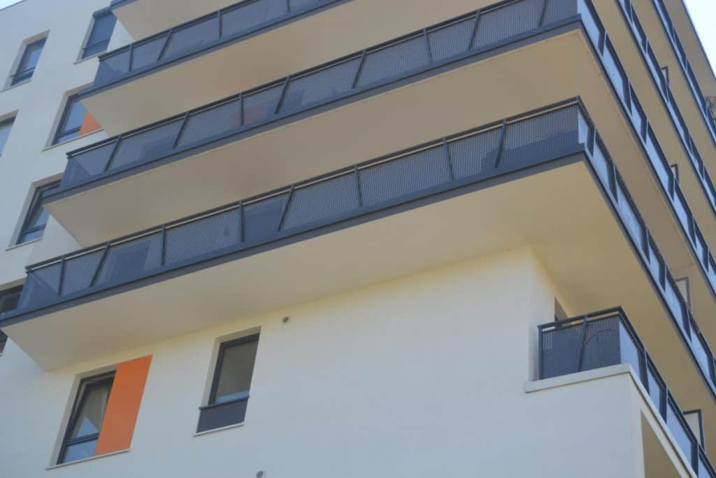 Zabezpieczenie przed ptakami - montaż siatek balkonowych w Warszawie - Top Protect
